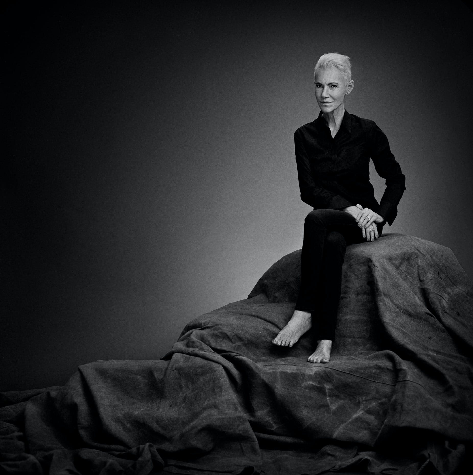 Roxette has sold around 75 million records worldwide and has had four US number-ones at the American Billboard: The Look, Listen to Your Heart, It Must Have Been Love and Joyride. When the magazine Vi met Marie Fredriksson in 2015, Roxette celebrated their 30th anniversary with a world tour.